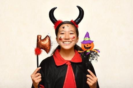 ハロウィンパーティーを楽しむ女の子の写真素材 [FYI03387752]