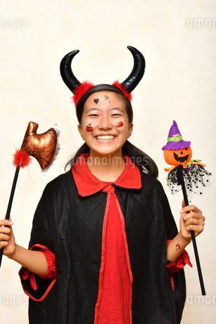 ハロウィンパーティーを楽しむ女の子の写真素材 [FYI03387754]