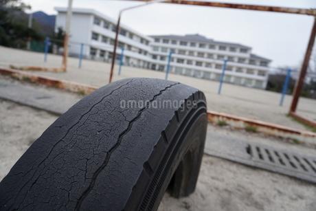 タイヤと学校の写真素材 [FYI03387762]