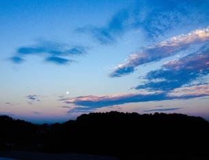 夜明けの空と月の写真素材 [FYI03387948]