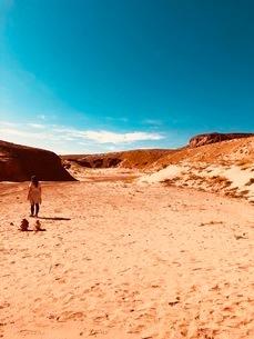 アンテロープ渓谷を抜けた先の砂漠と夏の空の写真素材 [FYI03388132]