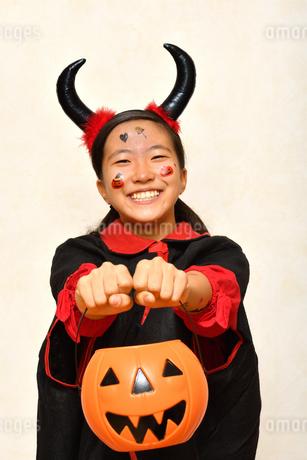 ハロウィンパーティーを楽しむ女の子の写真素材 [FYI03388191]