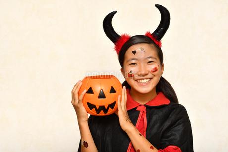 ハロウィンパーティーを楽しむ女の子の写真素材 [FYI03388193]