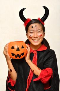 ハロウィンパーティーを楽しむ女の子の写真素材 [FYI03388195]