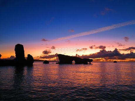 夕日に照らされた海と岩の写真素材 [FYI03388199]
