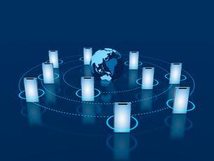 グローバルネットワークとスマホ連携のイラスト素材 [FYI03388277]