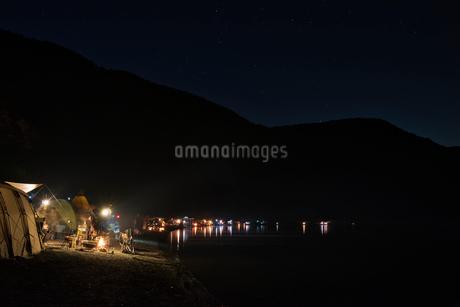 夜 湖畔キャンプの写真素材 [FYI03388386]