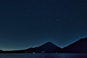 富士山 星空の写真素材 [FYI03388392]