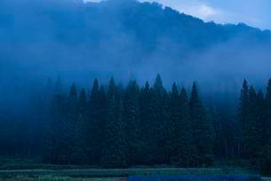 明け方 山の写真素材 [FYI03388396]