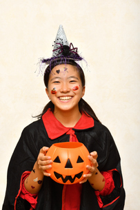 ハロウィンパーティーを楽しむ女の子の写真素材 [FYI03388666]