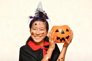 ハロウィンパーティーを楽しむ女の子の写真素材 [FYI03388667]