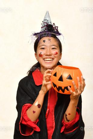 ハロウィンパーティーを楽しむ女の子の写真素材 [FYI03388668]