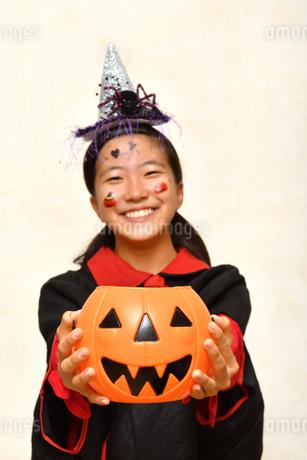 ハロウィンパーティーを楽しむ女の子(ジャックオーランタンにフォーカス)の写真素材 [FYI03388669]