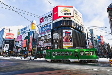 冬の札幌市内を走る路面電車の写真素材 [FYI03388727]