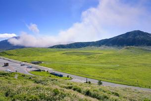 噴煙上げる阿蘇中岳と草千里の写真素材 [FYI03389069]
