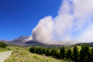 噴煙を上げる阿蘇中岳の写真素材 [FYI03389086]