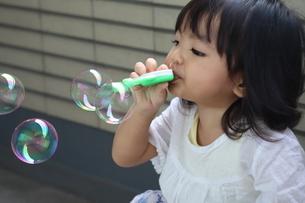 シャボン玉をする女の子③の写真素材 [FYI03389103]