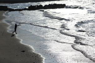 早朝の釣り人の写真素材 [FYI03389246]