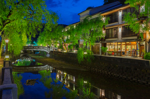 新緑の城崎温泉の夕景の写真素材 [FYI03389327]