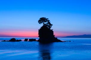 雨晴海岸の朝日の写真素材 [FYI03389377]