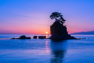 雨晴海岸の朝日の写真素材 [FYI03389380]