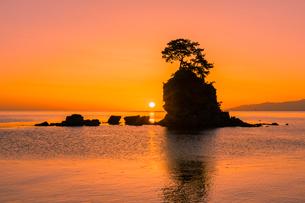 雨晴海岸の朝日の写真素材 [FYI03389384]