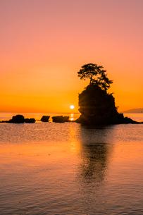 雨晴海岸の朝日の写真素材 [FYI03389387]