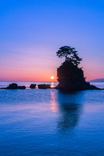 雨晴海岸の朝日の写真素材 [FYI03389392]