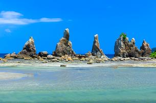 夏の橋杭岩と青空の写真素材 [FYI03389558]