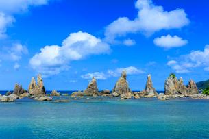 夏の橋杭岩と青空の写真素材 [FYI03389567]