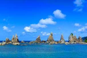 夏の橋杭岩と青空の写真素材 [FYI03389568]