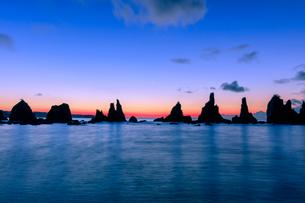 橋杭岩の朝の写真素材 [FYI03389569]