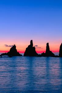 橋杭岩の朝の写真素材 [FYI03389571]