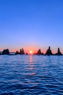 橋杭岩の朝の写真素材 [FYI03389572]