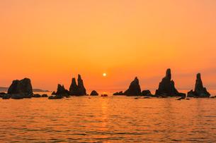 橋杭岩の朝の写真素材 [FYI03389573]