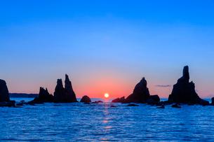 橋杭岩の朝日の写真素材 [FYI03389610]