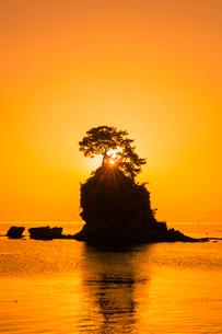 雨晴海岸の朝日の写真素材 [FYI03389614]