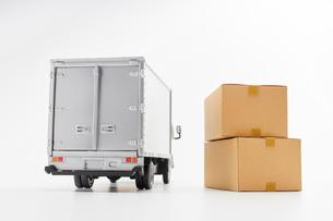 物流トラックと段ボール箱の写真素材 [FYI03389651]
