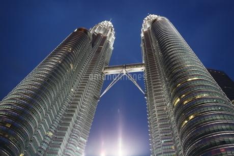 Twin towers Kualalumpor マレーシア ツインタワー クアラルンプル 夜景 高層ビルの写真素材 [FYI03389876]