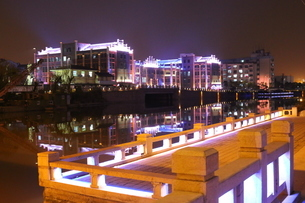 Wuxi 中国 ウォーターフロント 夜景 街並み 運河 イルミネーションの写真素材 [FYI03389918]