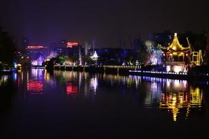 Wuxi 中国 ウォーターフロント 夜景 街並み 運河 イルミネーションの写真素材 [FYI03389920]