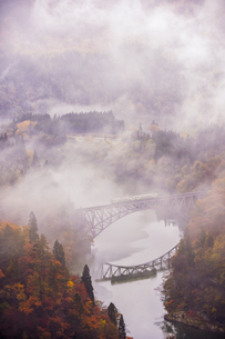 霧 只見線の写真素材 [FYI03390044]