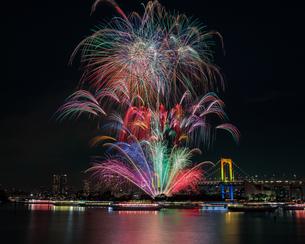 お台場 レインボーブリッジ 花火の写真素材 [FYI03390052]