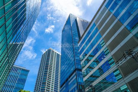 快晴の空とみなとみらいのビル群の写真素材 [FYI03390685]