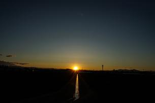 用水路と夕暮れの写真素材 [FYI03390694]
