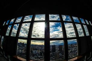 東京タワー展望台の窓越しに見える東京の街並みの写真素材 [FYI03390715]