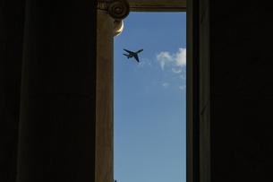 トーマス・ジェファーソン記念館から見える飛行機の写真素材 [FYI03390763]