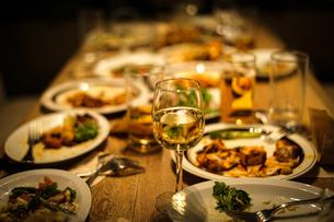レストランでの食事風景の写真素材 [FYI03390777]