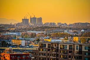 夕焼けに包まれる調布市の街並みの写真素材 [FYI03390793]