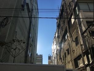 廃ビルの間に差し込む光の写真素材 [FYI03390816]